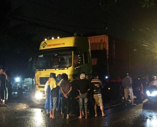 Nhiều người dân cho biết họ rất bức xúc trước tình trạng xe có tải trọng lớn lưu thông vào giờ cấm trên đường Nguyễn Xiển
