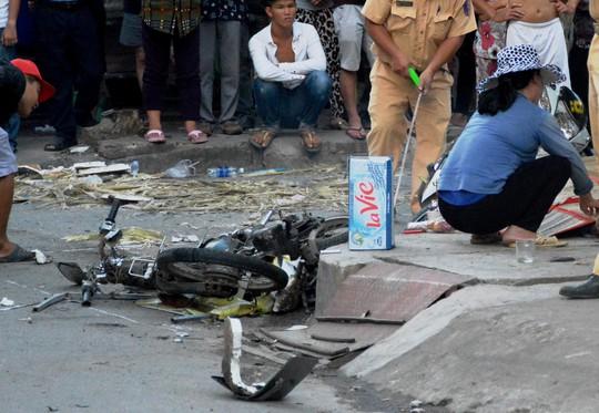 Đứng trên vỉa hè, người phụ nữ chết oan trước đầu xe bán tải - Ảnh 1.