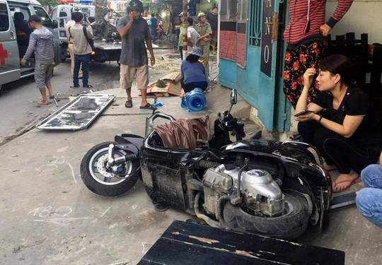 Đứng trên vỉa hè, người phụ nữ chết oan trước đầu xe bán tải - Ảnh 2.