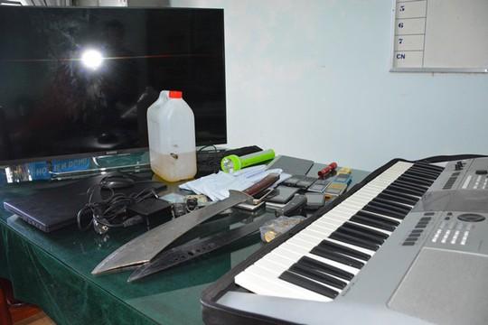 Tên trộm mang dao, mã tấu chống trả nếu bị phát hiện - Ảnh 2.