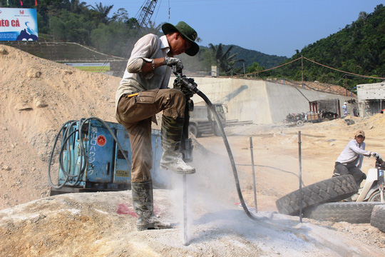Một công nhân đang khoan đá đường dẫn vào hầm