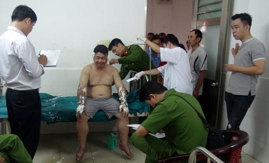 Một người đàn ông bị ném bom xăng, phỏng nặng - Ảnh 1.