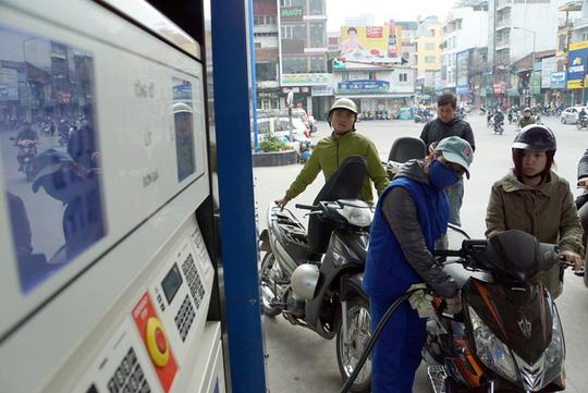 Dự thảo tăng thuế môi trường đối với xăng dầu đang vấp phải sự phản ứng của nhiều chuyên gia và doanh nghiệp (ảnh minh hoạ)