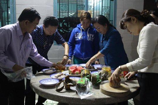 Cán bộ Công đoàn chuẩn bị tiệc cho công nhân nhà trọ quận Thủ Đức, TP HCM