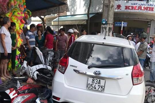 Ôtô vi phạm bị giữ vẫn chạy ra ngoài gây tai nạn hàng loạt? - Ảnh 1.