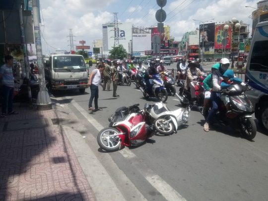 Hiện trường 2 xe máy bị nạn.