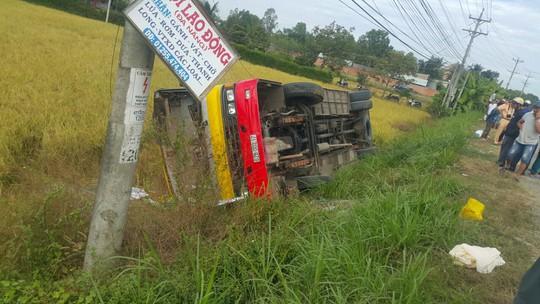 Tránh tai nạn, xe buýt xuống ruộng, 1 người chết - Ảnh 1.