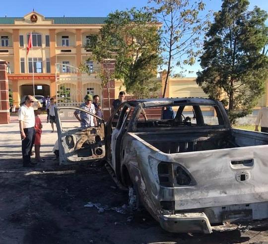 Sau tiếng nổ lớn, ô tô bán tải đậu trước VKS cháy dữ dội - Ảnh 1.