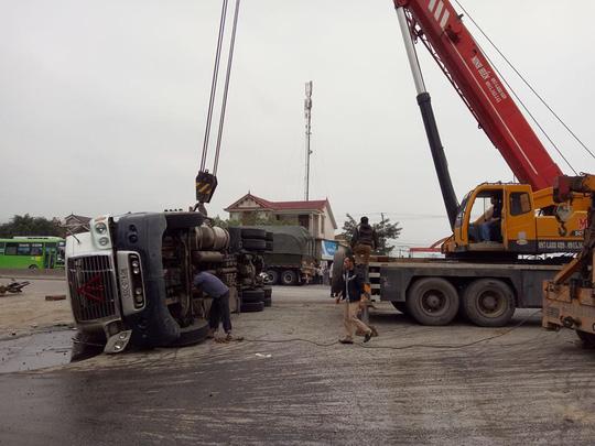 Xe container lật ngang, đè chết người đi xe máy cùng chiều được xe cứu hộ cẩu lên