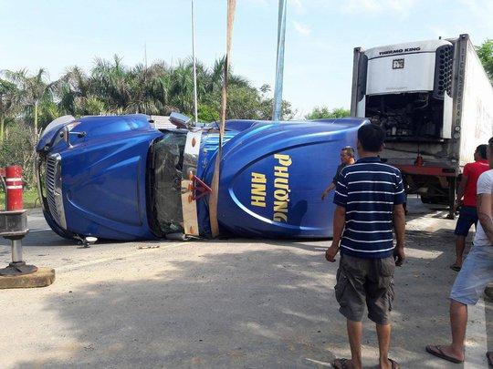 Tông đuôi xe tải, phụ xe khách tử nạn - Ảnh 3.