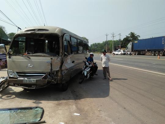 Sau tai nạn, xe khách bị hư đầu, nhiều hành khách hoảng loạn