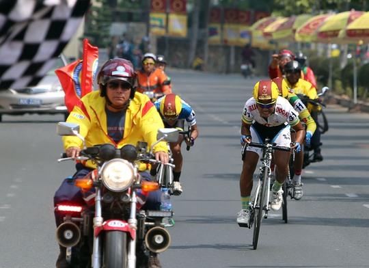 Mô tô bảo vệ chạy quá gần nên các tay đua về đích có lợi thế về sức gió