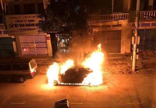 Nghi án xe Mercedes trị giá 2 tỉ đồng bị đốt trong đêm - Ảnh 1.