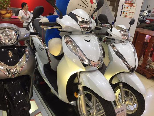 Xe tay ga Honda SH khan hàng, giá đội hàng chục triệu đồng - Ảnh 1.