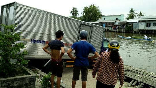 Hiện trường vụ xe tải không người lái lao đầu xuống sông Trẹm.