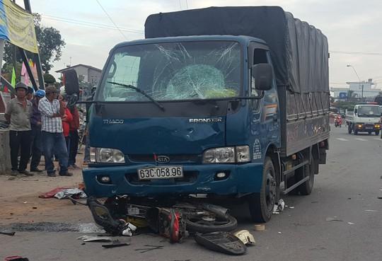Xe tải tông xe máy, một bảo vệ chết tại chỗ - Ảnh 1.