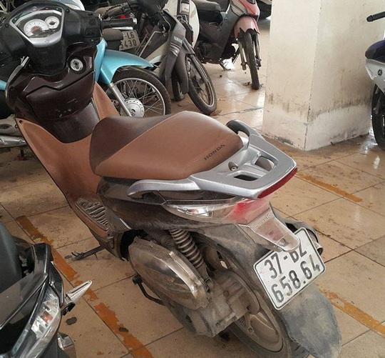 Chiếc xe máy Honda SH vi phạm hiện đang bị công an tạm giữ.