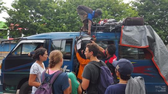 Xe buýt đi núi lửa Bromo. Du khách rất dễ bị chém nếu không hỏi rõ giá cả khi đi những xe buýt như thế này