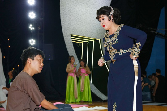 NSND Hồng Vân hướng dẫn diễn xuất cho học trò của mình