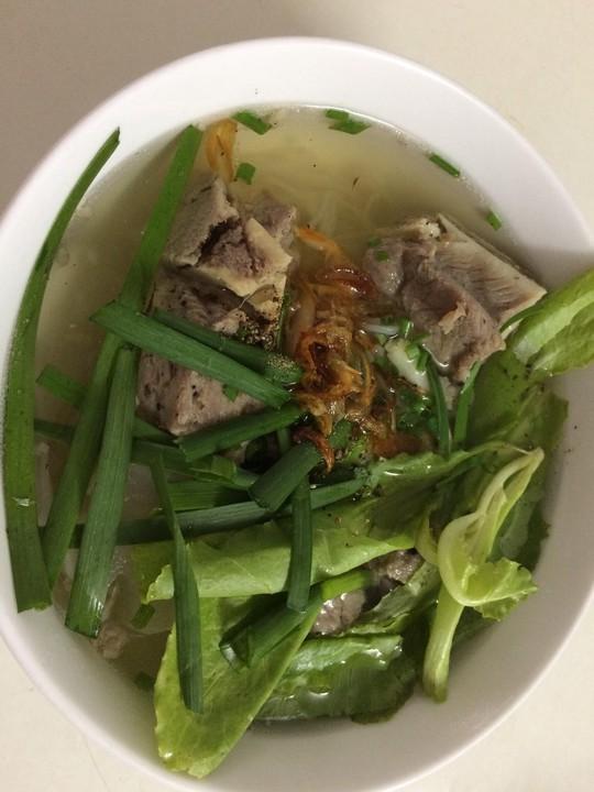 Hủ tiếu xương heo: nấu thiệt dễ, ăn thiệt ngon - Ảnh 3.