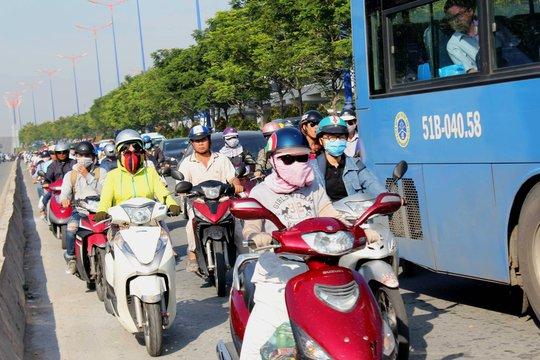 """Kinh hoàng xe container """"cày"""" mặt đường dốc cầu Sài Gòn - Ảnh 4."""