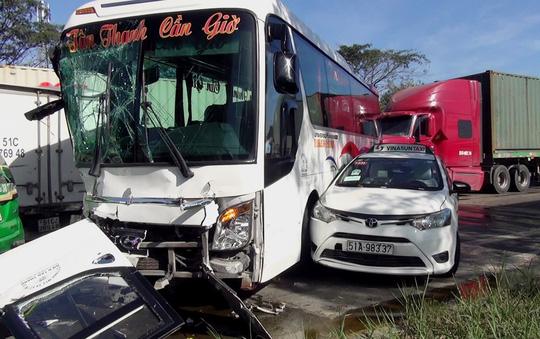 """Hiện trường vụ tai nạn xe đầu kéo """"lùa"""" 5 ô tô dừng đèn đỏ - Ảnh 2."""