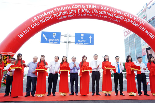Thông xe cầu vượt ở 2 nút giao cửa ngõ sân bay Tân Sơn Nhất - Ảnh 3.