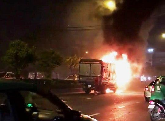 Cabin xe tải cháy trơ khung trên đường Cộng Hòa - Ảnh 1.