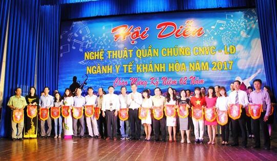 Các đơn vị nhận cờ lưu niệm của ban tổ chức hội diễn