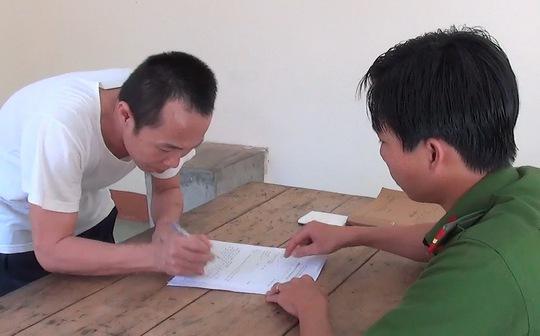 Yêu râu xanh đang ký biên bản lấy lời khai tại Cơ quan CSĐT Công an huyện Phú Quốc.