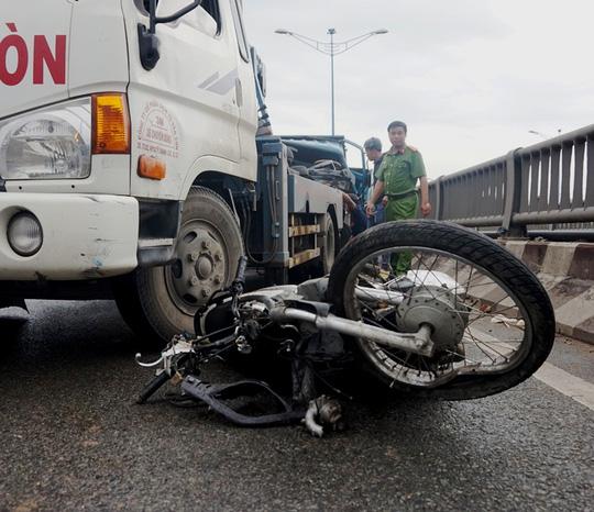 Xe ben kéo lê xe máy hơn 20m trên cầu Tham Lương - Ảnh 1.
