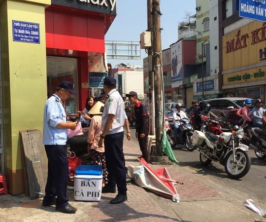 Lực lượng chức năng đã lập biên bản và tịch thu nhiều vật dụng lấn chiếm vỉa hè trên đường Hoàng Văn Thụ