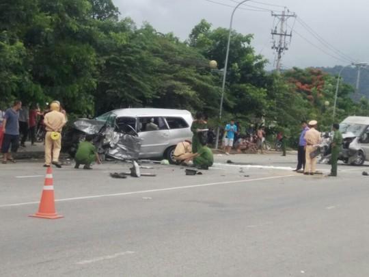 Hai ô tô đối đầu kinh hoàng, hành khách văng ra đường - Ảnh 4.