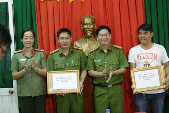 Hiệp sĩ được thưởng nóng nhờ bắt Việt kiều trộm ô tô - Ảnh 1.