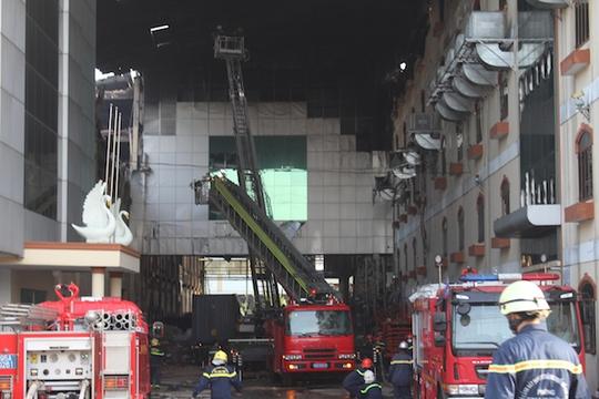 Lực lượng PCCC chữa cháy tại Công ty Kwong Lung-Meko vào ngày 25-3