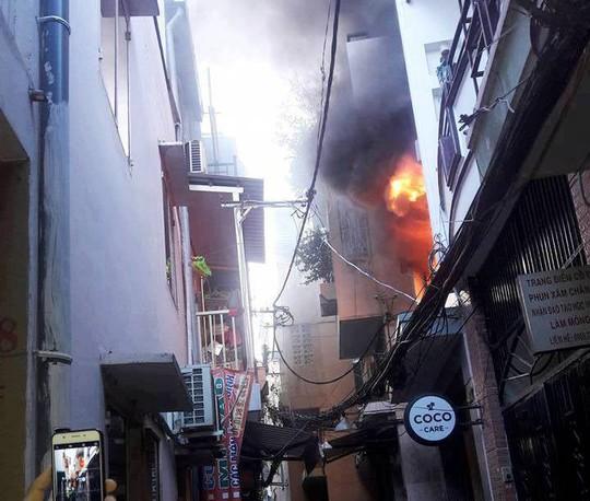 Người phụ nữ kẹt trong đám cháy ở phố Bùi Viện sáng cuối năm - Ảnh 2.