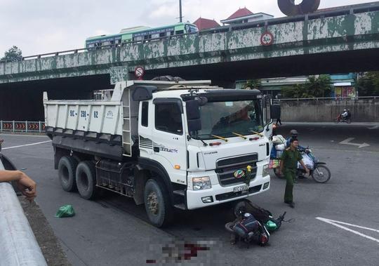 Xe ben kéo lê cả người và xe máy ở ngã tư Linh Xuân - Ảnh 1.