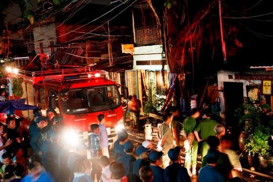 Người phụ nữ kẹt trong đám cháy ở phố Bùi Viện sáng cuối năm - Ảnh 4.