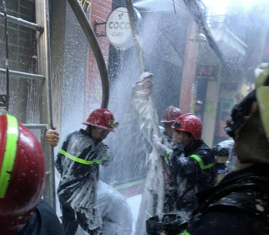 Người phụ nữ kẹt trong đám cháy ở phố Bùi Viện sáng cuối năm - Ảnh 3.
