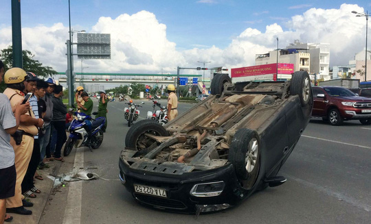 Tài xế hoảng loạn bò khỏi ô tô trên đường Phạm Văn Đồng - Ảnh 1.