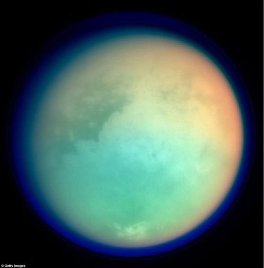 Ngắm hoàng hôn sương mù trên mặt trăng Sao Thổ - Ảnh 2.