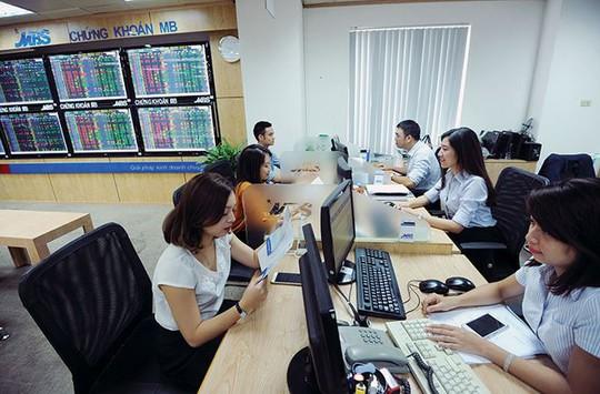Hàng tỉ USD chờ đổ vào thị trường chứng khoán - Ảnh 1.