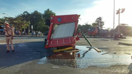 Xe cứu hỏa tông 3 ô tô khi đi chữa cháy - Ảnh 2.