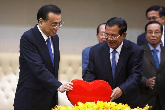 Trung Quốc tiếp tục viện trợ mạnh tay cho Campuchia - Ảnh 1.