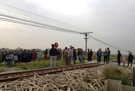 Tàu hỏa tông 2 người đi xe máy văng xuống ruộng tử vong - Ảnh 1.