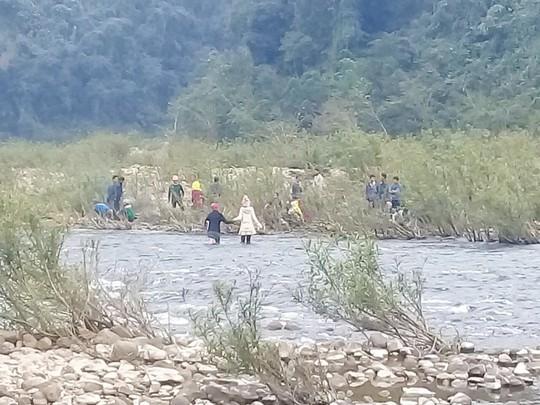 Phát hiện thi thể bé trai 3 tuổi mất tích dưới suối - Ảnh 1.