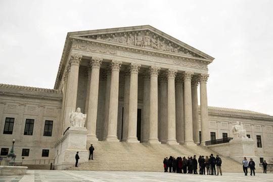 Ông Trump gặp thử thách với Tòa án Tối cao Mỹ - Ảnh 1.