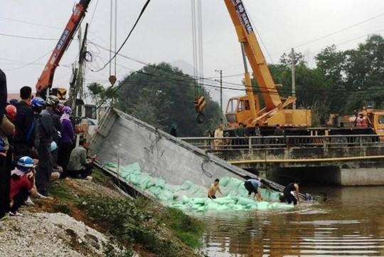 Vượt đèn đỏ, xe tải tông xe chở bột đá bay xuống kênh, 1 người chết - Ảnh 1.
