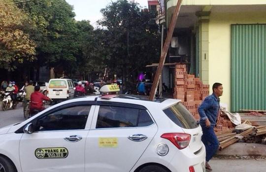 Triệu tập chủ nhà, thợ xây vụ thanh sắt rơi đâm chết người trong xe taxi - Ảnh 1.