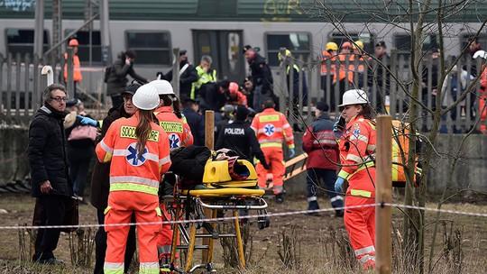 Tàu lửa trật đường ray ở Ý, máu chảy dọc thân tàu - Ảnh 5.
